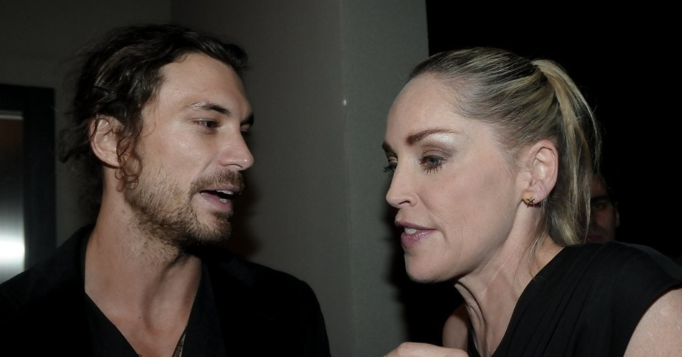 Sharon Stone conversa com o modelo argentino Martin Mica na festa de anivers&#225;rio da revista &#34;Vogue&#34; Brasil, na Casa Petra, no Ibirapuera em S&#227;o Paulo (25/4/12)