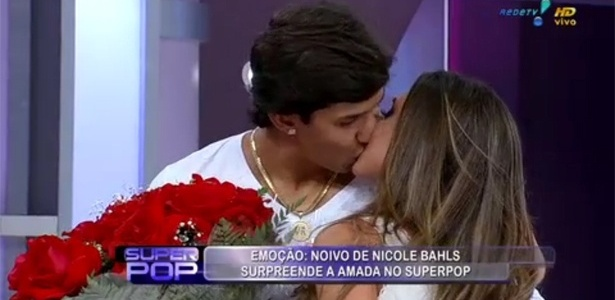 Victor Ramos e Nicole Bahls se beijam no Superpop