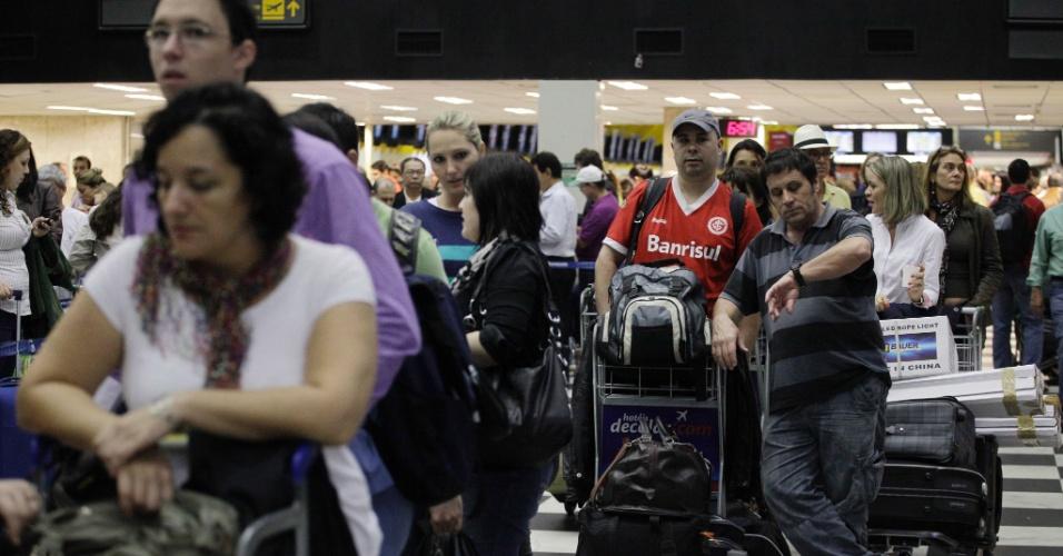 27. abr.2012-  Passageiros enfrentam grandes filas no aeroporto de Congonhas, nesta véspera de feriado. Quase um terço dos voos do país atrasou ou foi cancelado. A situação na capital paulista é pior