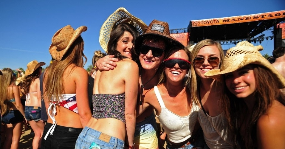 27. abr.2012-Jovens aproveitam o primeiro dia do Stagecoach Country Music Festival em Indio, Calif&#243;rnia (Estados Unidos)