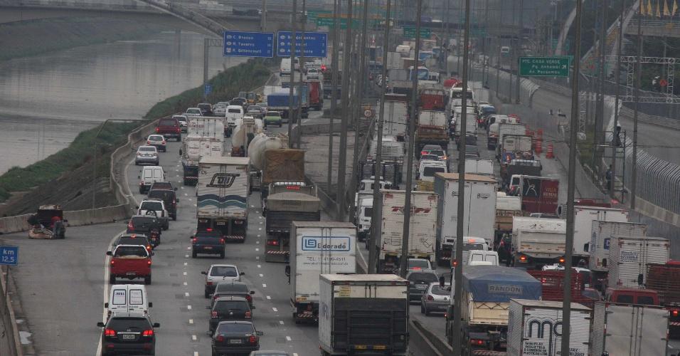 27.abr.2012 - A marginal Tietê, sentido rodovia Castello Branco, apresentava trânsito intenso na tarde desta sexta-feira
