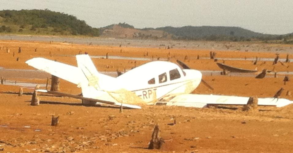 27.abr.2012 - Avião de pequeno porte fez  pouso forçado na cidade de Camaçari, região metropolitana de Salvador