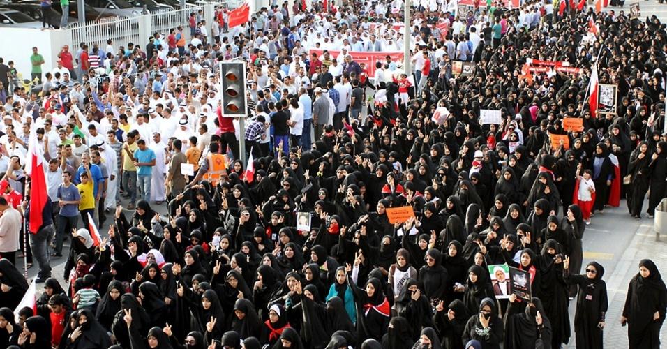 27.abr.2012 - Pessoas protestam nesta sexta-feira em Manama, capital do Bahrein, contra a repressão policial durante as manifestações no país