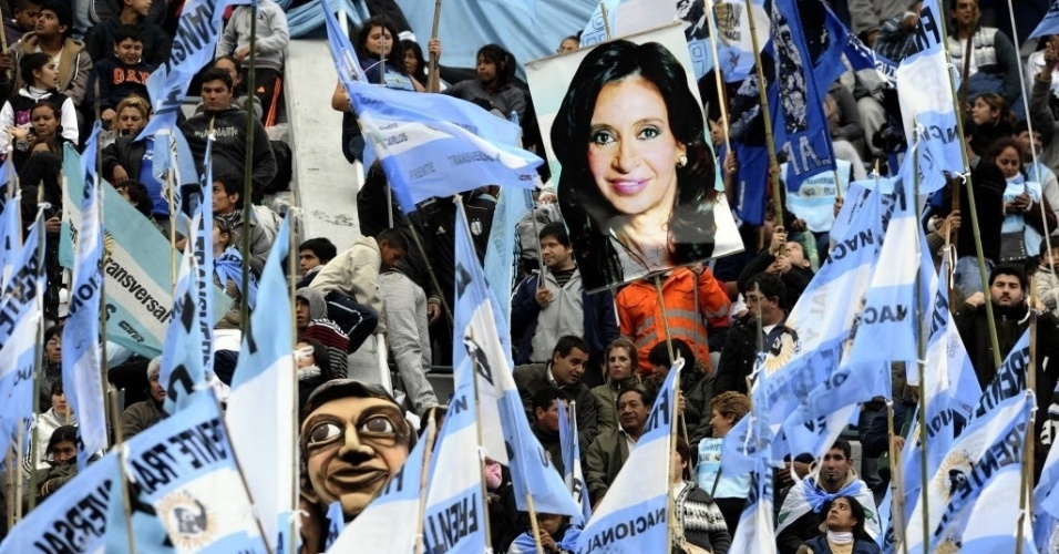 27.abr.2012 - Imagem da presidente da Argentina, Cristina  Kirchner, &#233; vista em torcida do time Velez Sarsfield, em Buenos Aires