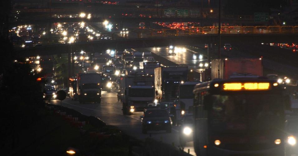 27.abr.2012 -Rodovia Presidente Dutra, na saída de São Paulo (sentido Rio de Janeiro), registra trânsito intenso, na noite desta sexta-feira