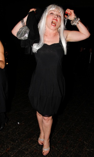 A cantora de rock Debbie Harry faz caras e bocas no baile de gala da AmfAR The Foundation for AIDS, na casa de Dinho Diniz, no bairro dos Jardins, em S&#227;o Paulo. A festa beneficiente teve como tema &#34;Black Tie/Hot Metal&#34; e show da cantora jamaicana Grace Jones (26/4/12)
