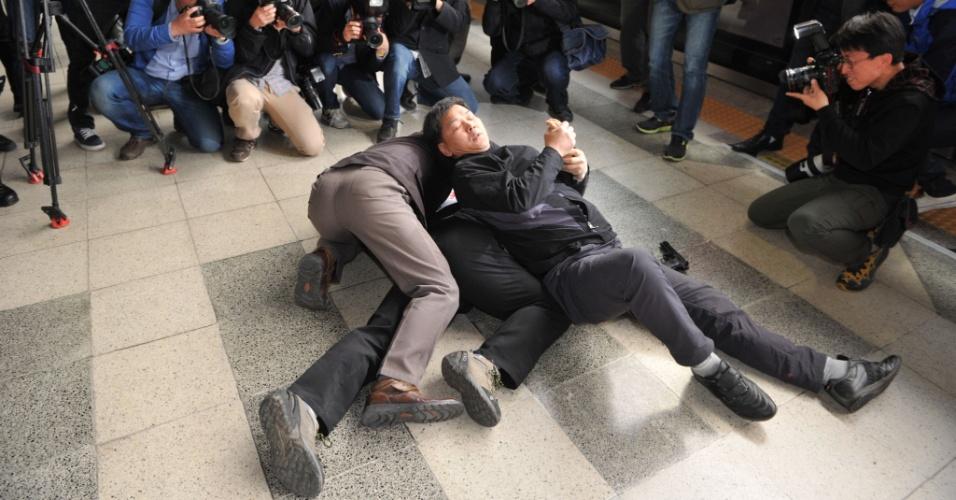 Agentes de segurança sul-coreanos simulam detenção de terrorista armado durante treinamento antiterror em estação de metrô em Seul, na Coreia do Sul