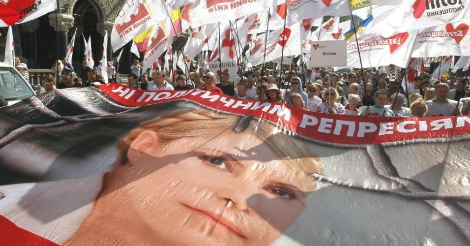 27.abr.2012- Apoiadores da ex-premiê da Ucrânia, Yulia Timoshenko, pedem sua soltura durante protesto