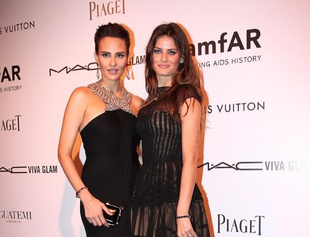 """As modelos Fernanda Tavares e Isabeli Fontana prestigiam o baile de gala da AmfAR The Foundation for AIDS, na casa de Dinho Diniz, no bairro dos Jardins, em São Paulo. A festa beneficiente teve como tema """"Black Tie/Hot Metal"""" e show da cantora jamaicana Grace Jones (26/4/12)"""