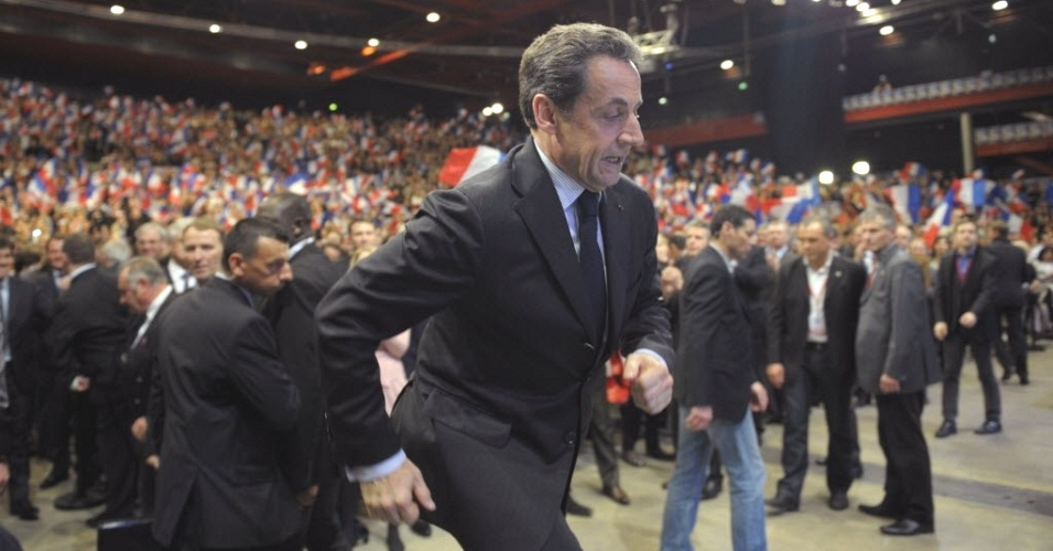 27.abr.2012- Nicolas Sarkozy (centro) sobe a palco durante evento de campanha na cidade de Dijon 