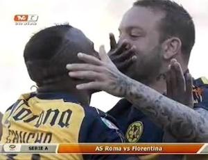 Benitez (esq) e Vuoso comemoram o gol do América do México com 'beijo na boca'