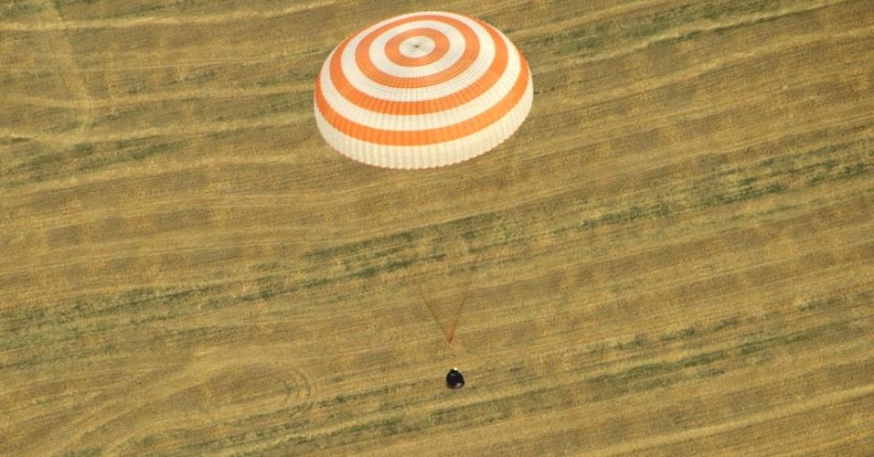 27.abr.2012- Cápsula com três tripulantes da Estação Espacial Internacional (ISS, na sigla em inglês) aterriza em área do Cazaquistão