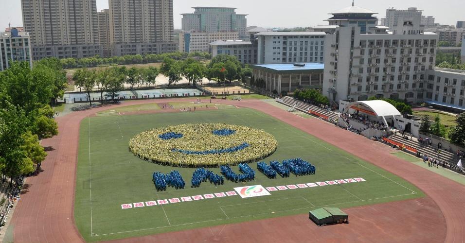 Estudantes se unem para formar um rosto sorridente durante a comemoração de 110 anos da Universidade Agrícola de Nanjing, na província de Jiangsu, na China
