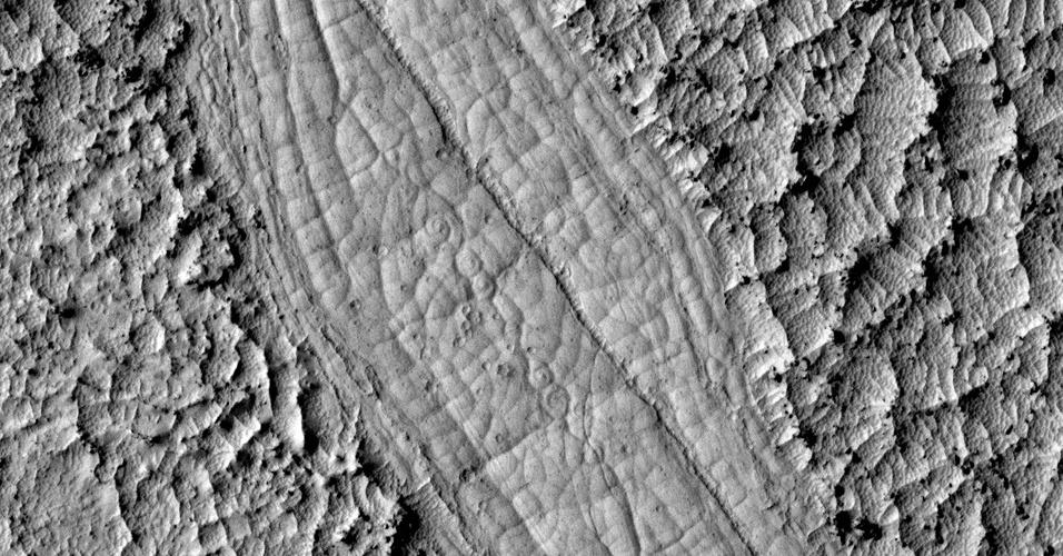 Estudo revela que rios de lava esculpiram vales de Marte