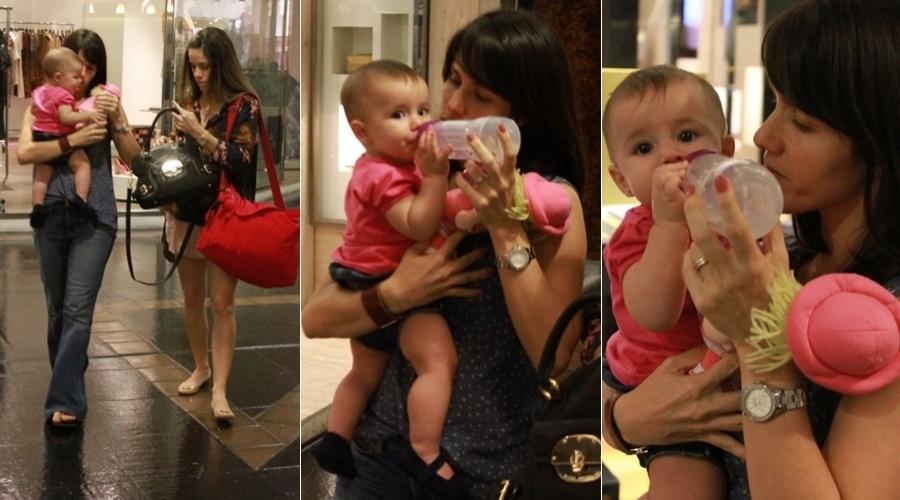 Fernanda Pontes passeia com filha, Malu, por shopping da zona sul do Rio (27/4/12)