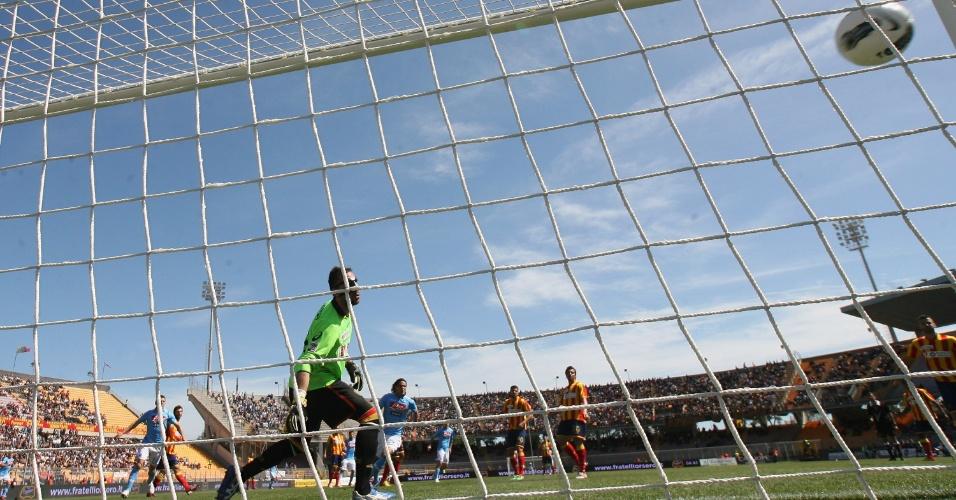 Hamsik, do Napoli, chuta a bola no ângulo e não dá chances para o goleiro do Lecce (25/04/2012)