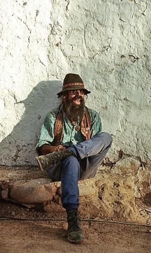 Hippie comercializa artesanato em San Pedro de Atacama, Chile