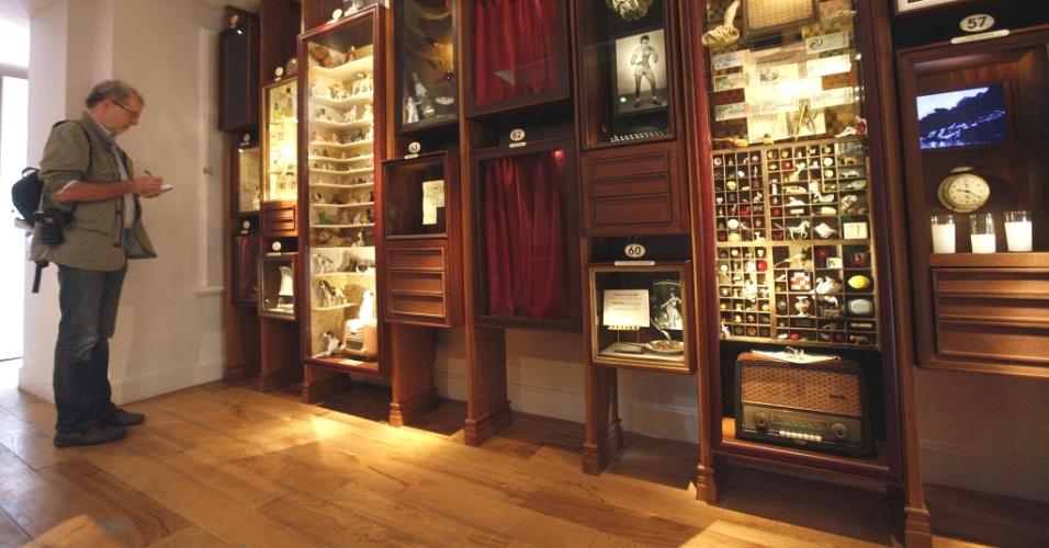 27.abr.2012- Jornalista toma notas de artefatos expostos no Museu da Inocência na Turquia