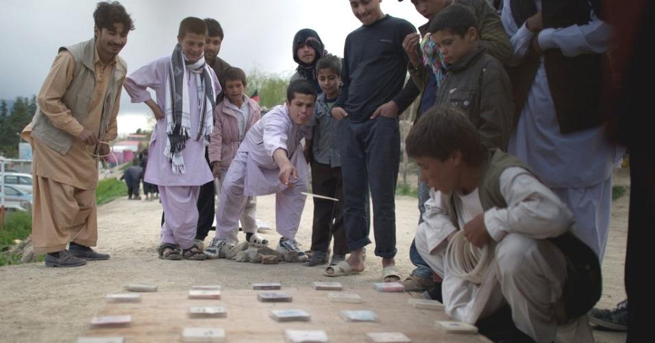 27.abr.2012- Jovens jogam cartas em parque de Cabul, capital do Afeganistão
