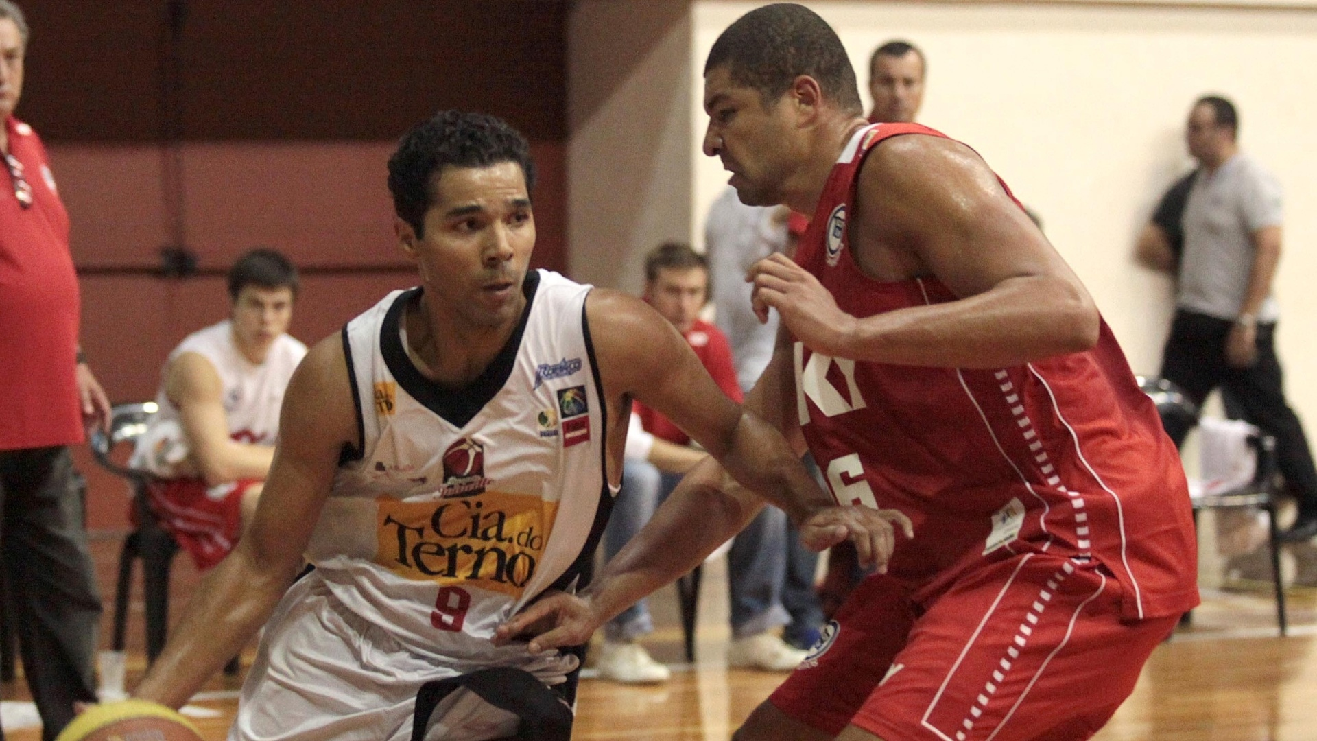Luiz Felipe, de Joinville, tenta passar por Olivinha, do Pinheiros