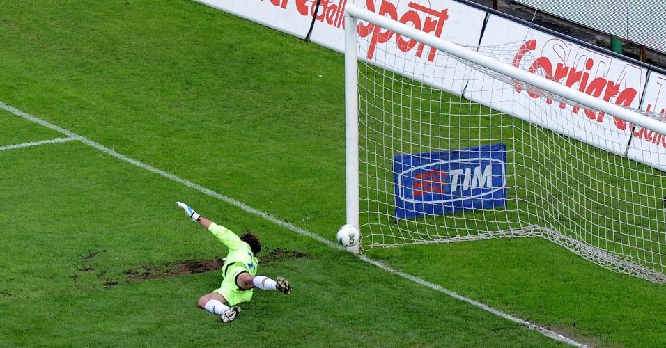 O goleiro do Catania, Andrea Campagnolo, não alcança a bola no gol marcado pelo Cagliari no Campeonato Italiano (24/04/2012)