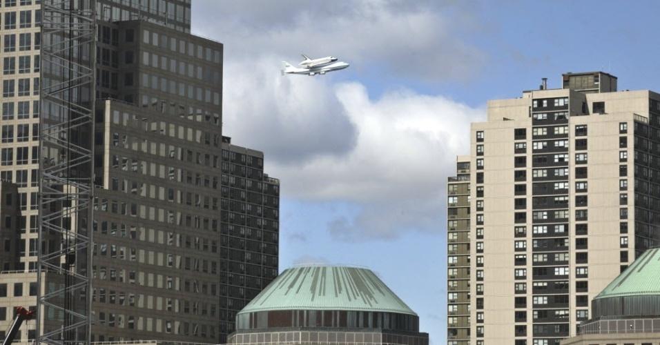 27.abr.2012- Ônibus espacial Enterprise, acoplado a uma nave modificada da Nasa