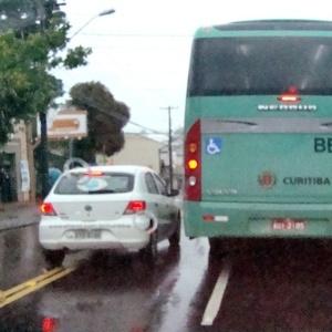 Para ultrapassar ônibus que ocupa quase duas faixas, carro precisa invadir pista contrária