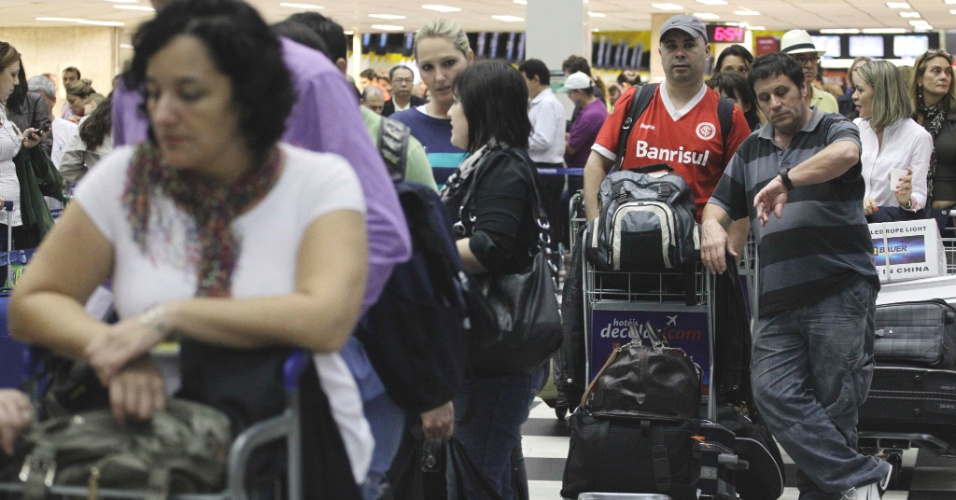 Passageiros enfrentam grandes filas no check- in do Aeroporto de Congonhas, zona sul da capital paulista, nesta v&#233;spera de feriado. Tamb&#233;m houve atrasos em diversos voos na noite de quinta-feira (26), devido &#224; forte chuva que atingiu a capital