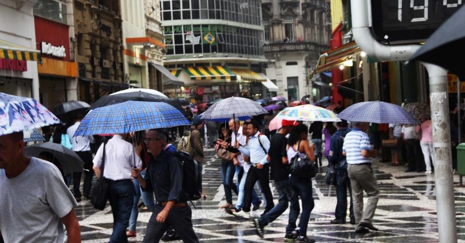 27.abr.2012- Paulistanos enfretam dia chuvoso