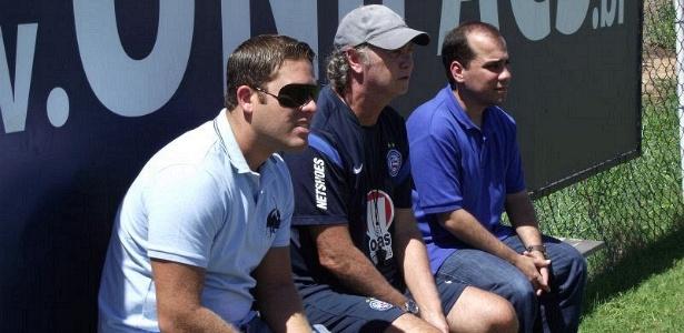 Paulo Roberto Falcão (c) observa treino do Bahia ao lado do presidente Marcelo Guimarães Filho (e)