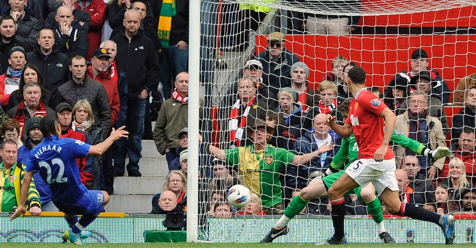 Pienaar, do Everton, chuta a bola no canto do gol do Manchester United em partida do Campeonato Inglês (22/04/2012)
