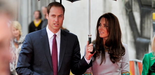 "Príncipe William segura o guarda-chuva para a duquesa Catherine na première de ""African Cats"" em Londres (25/4/12)"