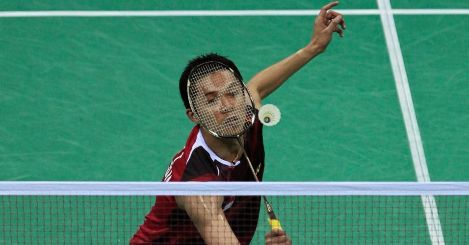 Taufik Hidayat da Indonésia devolve a peteca contra Lee Chong Wei, da Malásia durante o Open Super Series, em Nova Déli