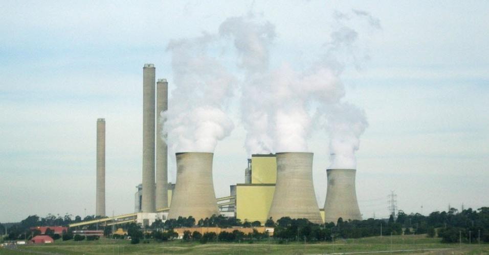 27.abr.2012- Torres de resfriamento emitem vapor em usina movida a carvão em Victoria, na Australia