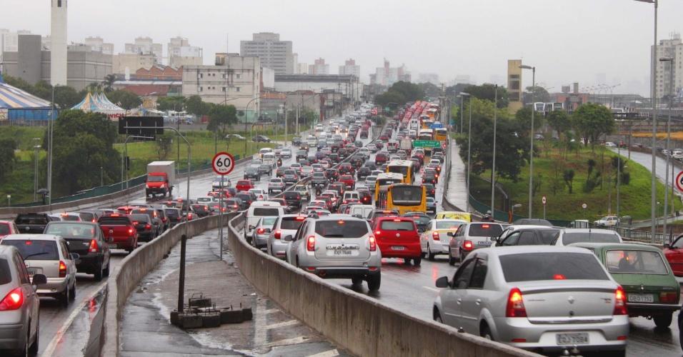 Trânsito carregado na Radial Leste, no sentido centro, no Tatuapé. Nesta sexta-feira (27), a cidade de São Paulo registrou recorde de lentidão no período da manhã, queda de árvores e semáforos desligados