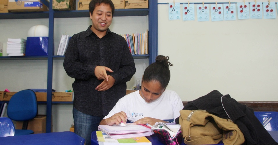 """A aluna Rebeca Cabral, 13, do 9º ano da Rivadavia Correia mostra orgulhosa para o professor alguns ideogramas esboçados nas folhas de caderno. Ela tenta copiar com rigor os traços da escrita chinesa e diz que é tudo muito diferente e divertido. """"O mandarim pode me ajudar muito no trabalho e quando for viajar"""", conta"""