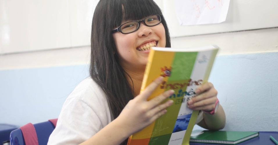 A aluna Tan Yanyu comparece às aulas de  mandarim do professor Xu Lu na escola Bolívar e ajuda aos colegas brasileiros