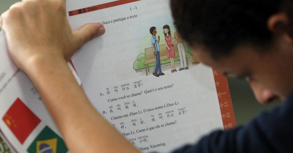 Aluna da Rivadavia Correa copia ideogramas do livro didático oferecido pelo Instituto Confúcio para as aulas de mandarim