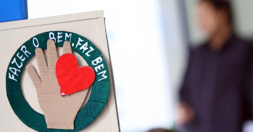 Aluno recebe apostila didática para acompanhar as aulas de mandarim. A disciplina é eletiva e oferecida para alunos do 7º ao 9º ano em três escolas da rede municipal de ensino no Rio de Janeiro