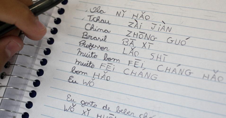 Caderno de aluno com palavras de mandarim. Os alunos já aprenderam a escrever palavras chaves e expressões para comunicação oral