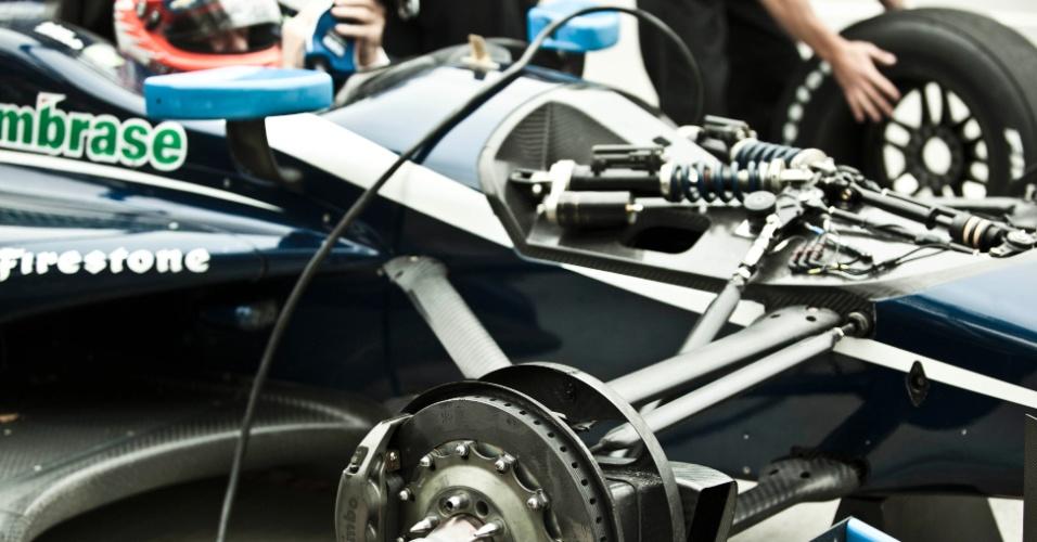 Carro de Rubens Barrichello é desmontado pelos mecânicos após o treino da F-Indy