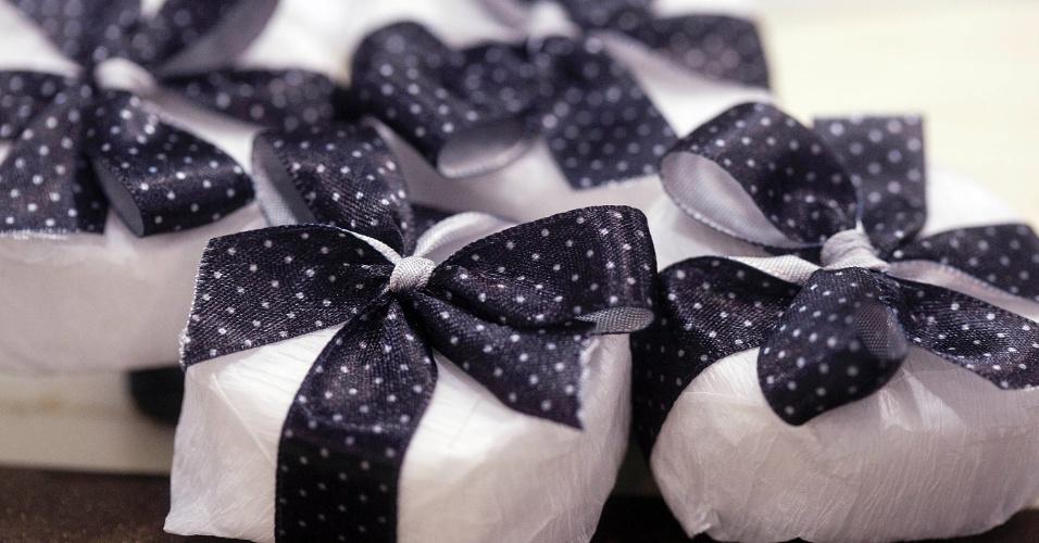 Opção de bem-casado da Oficina do Açúcar (www.oficinadoacucar.com.br), com fita de cetim customizada, sai a partir de R$ 2,50 a unidade. Preço consultado em abril de 2012, na Expo Noivas & Festas (28.04.2012)