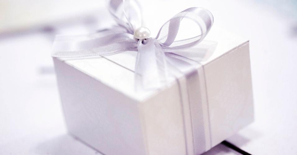 Uma caixa com bem-casado, decorada com poá e pérola, sai por R$ 3,90 a unidade, na Oficina do Açúcar (www.oficinadoacucar.com.br). Preço consultado em abril de 2012, na Expo Noivas & Festas (28.04.2012)