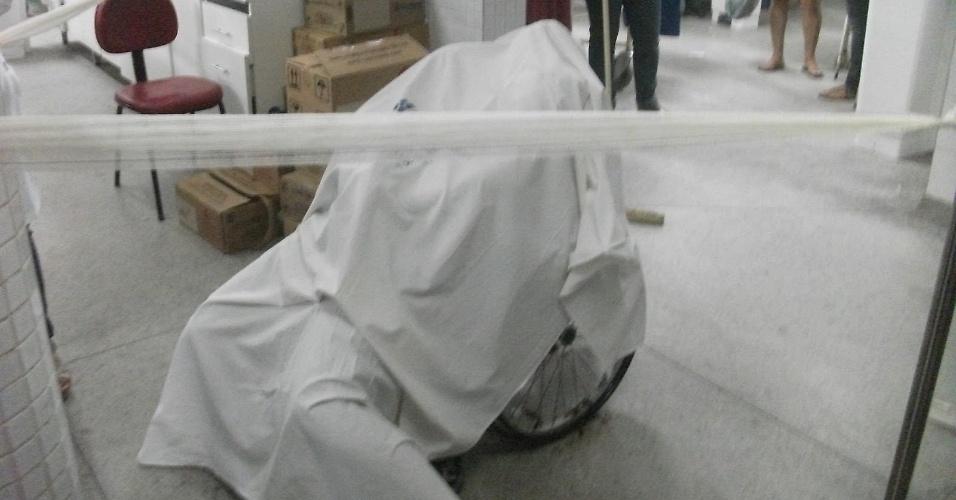 Imagem mostra o corpo de uma das pessoas assassinadas por um policial militar que invadiu o maior hospital de Aracaju para vingar a morte do irmão