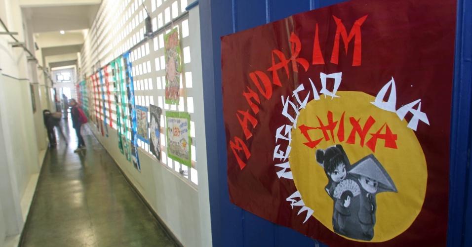 """Parte da Sala 4 de """"Atividades Diversas"""" na escola Rivadavia Correa, centro do Rio. O cartaz """"Mandarim um Negócio da China"""" dá as boas vindas para os alunos que cursam a aula de mandarim do professor Xu Lu"""