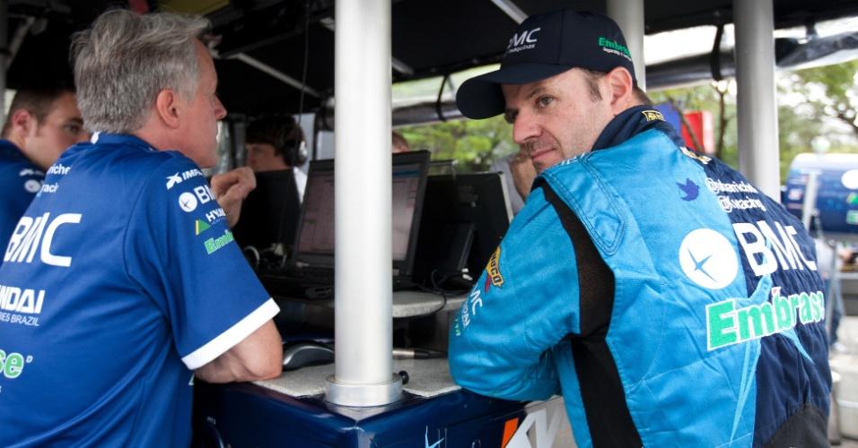 Rubens Barrichello faz reunião com sua equipe após o classificatório