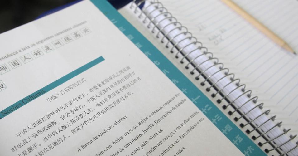 Sala de aula é cheia de cartazes e desenhos de alunos. A disciplina de mandarim é realizada em parceria com o Instituto Confúcio que oferece material didático e um professor chinês