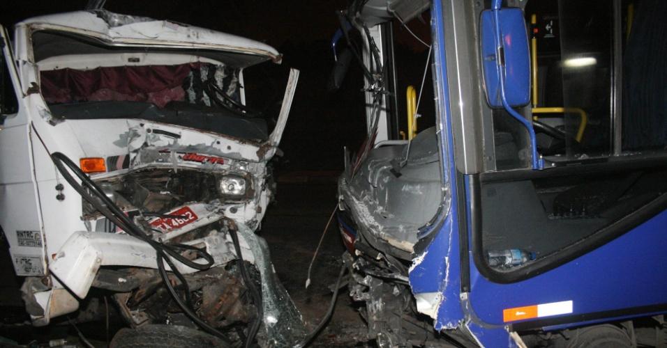 Acidente na noite de sábado (28) envolvendo um caminhão, um ônibus e uma moto em Embu, na Grande São Paulo, deixou um ferido em estado grave