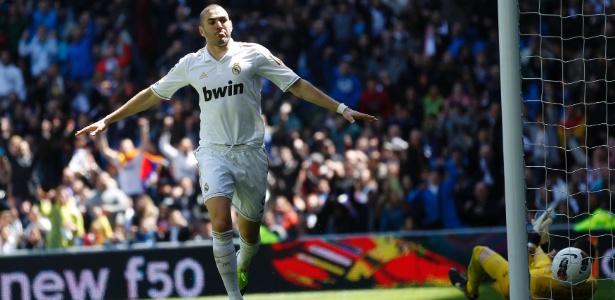 Benzema comemora um de seus dois gols na vitória por 3 a 0 do Real sobre o Sevilla