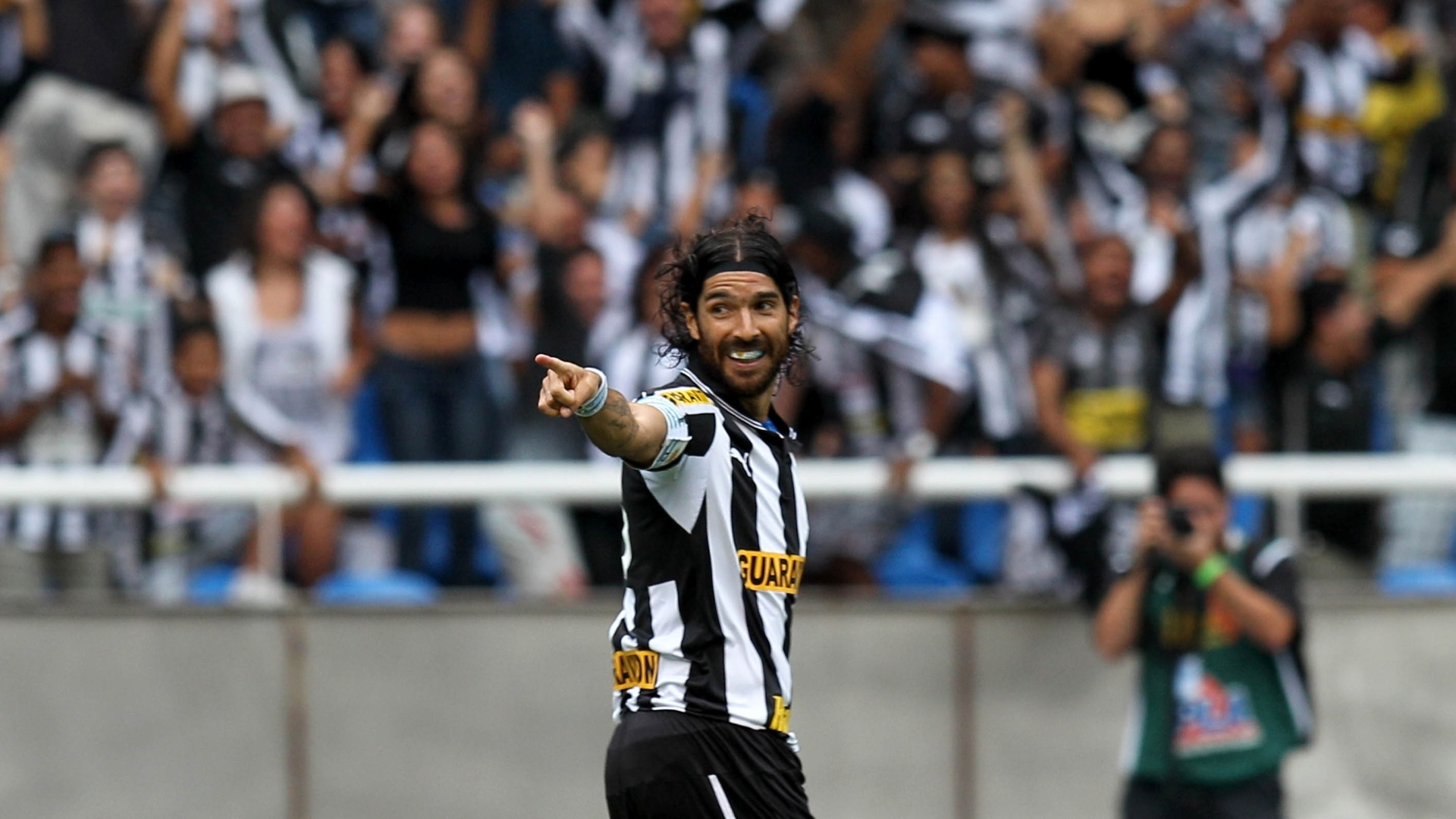 Atacante Loco Abreu comemora seu primeiro gol na partida entre Botafogo e Vasco, no estdio do Engenho